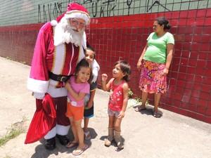Crianças correram quando viram o Papai Noel (Foto: Douglas Pires/G1)