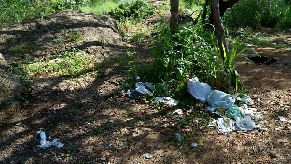 Turistas visitam cachoeiras e deixam lixo no distrito de Taquaruçu (Foto: Reprodução/TV Anhanguera)