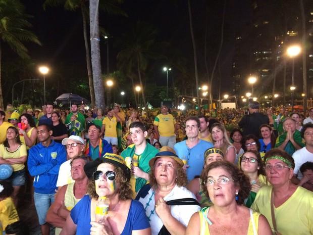 Manifestantes pró-impeachment acompanham votação na Praia de Boa Viagem (Foto: Thays Estarque/G1)