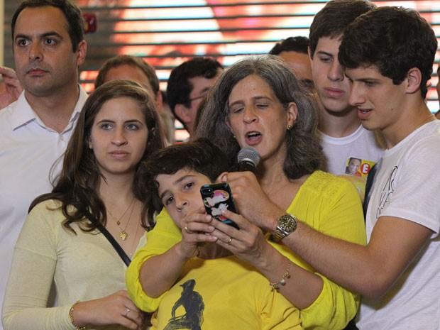 A viúva do ex-governador Eduardo Campos (PSB), Renata Campos, acompanhada dos filhos, durante reunião do PSB em casa de recepções no Recife (PE), nesta segunda-feira (18). (Foto: Márcio Fernandes/Estadão Conteúdo)