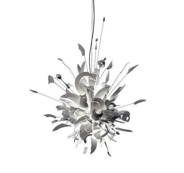 Luminária pendente Porca Miseria!, design Ingo Maurer, na FAS (Foto: divulgação)