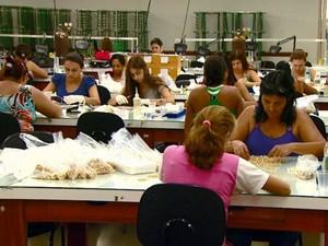 Funcionários do setor de joias folheadas trabalham em fábrica de Limeira (Foto: Alfredo Morgante / EPTV)