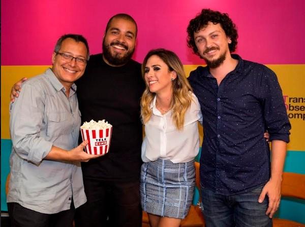 Tatá rodeada pelos apresentadores do programa Dá um play, do YouTube (Foto: Divulgação)