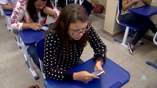 Professor usa aplicativo de conversa no celular para realizar prova na Bahia