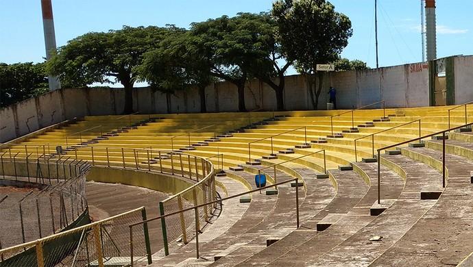 Estádio Zezinho Magalhães recebe nova pintura (Foto: Tiago Pavini /  XV de Jaú)