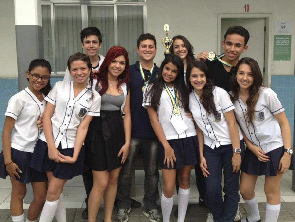 Alguns integrantes do NEPAG com o troféu da FeMCE - GEO (Foto: Divulgação/ NEPAG)