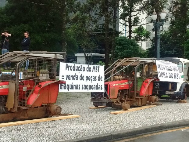 Manifestantes espalharam os veículos retirados da fazenda da Araupel em frente ao Palácio Iguaçu, em Curitiba (Foto: Araupel / Divulgação)