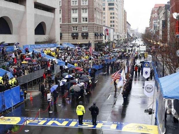 Cerimônia perto do lugar em que uma bomba estorou na maratona do ano passado homenageia vítimas do atentado (Foto: REUTERS/Dominick Reuter)
