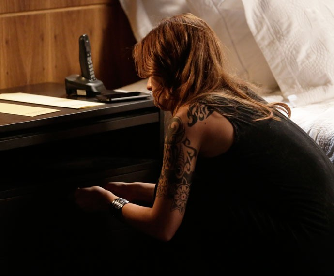 Com a ajuda de um grampo, ela abre a gaveta de Gabo (Foto: Felipe Monteiro/Gshow)