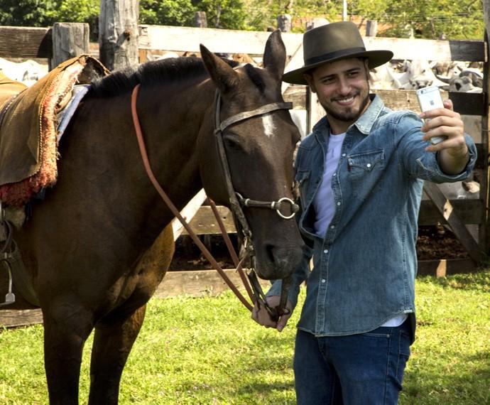 Daniel Rocha faz selfie com cavalo antes de partir com a comitiva (Foto: Gabriel Nascimento/Gshow)