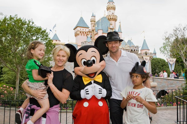 Hugh Jackman, Deborra Lee Furnes e os dois filhos na Disney (Foto: Getty Images)