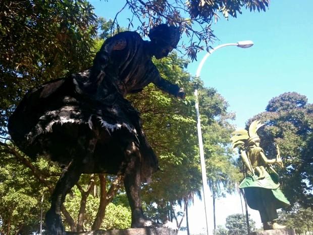 Imagem queimada de Oxalá, entidade máxima do candomblé, na Praça dos Orixás em Brasília (Foto: Mateus Rodrigues/G1)