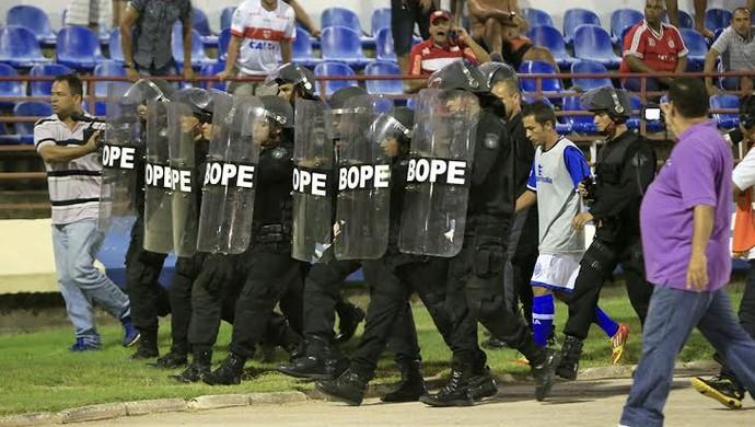 Nego sai do campo acompanhado pela polícia (Foto: Ailton Cruz/ Gazeta de Alagoas)