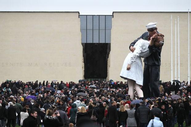 Pessoas participam neste sábado (10) de protesto na Praça do Memorial em Caen, na França, em memória às vítimas do atentado terrorista em Paris (Foto: Charly Triballeau/AFP)