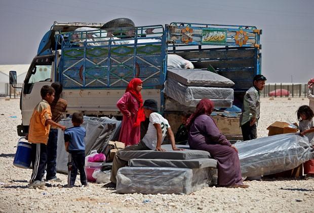 Família síria é vista em campo de regugiados na Jordânia nesta quinta-feira (20) (Foto: Mohammad Hannon/AP)