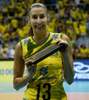 Sheilla com o troféu da Copa Rio Internacional de Vôlei no Maracanãzinho (Foto: Divulgação / CBV)