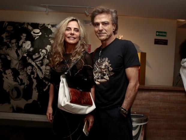 Bruna Lombardi e o marido, Carlos Alberto Riccelli, em teatro em São Paulo (Foto: Rafael Cusato/ Foto Rio News)