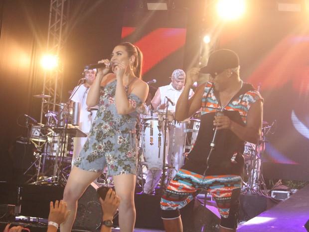 Naiara Azevedo e Márcio Victor em show em Salvador, na Bahia (Foto: João Victor Castro/ Divulgação)