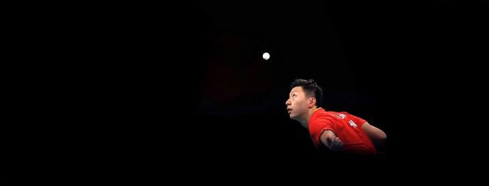 O chinês Long Ma encara o dinamarquês Jonathan Groth no tênis de mesa (Foto: Getty Images)