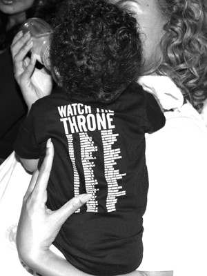 Beyoncé alimenta a filha Blue Ivy Carter, com a camiseta de 'Watch the throne', disco do pai Jay-Z (Foto: Divulgação/Tumblr da artista)
