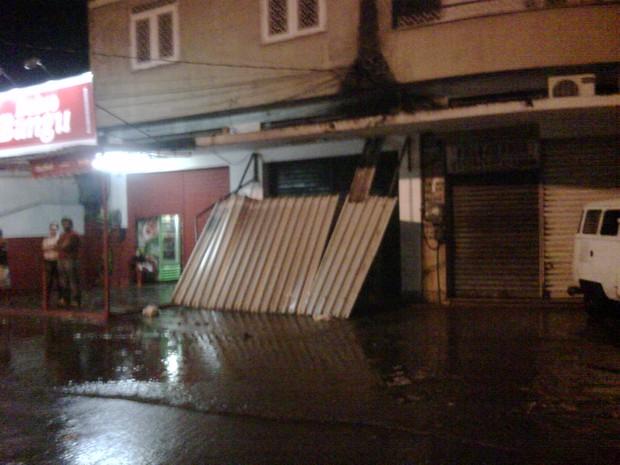 Telhado na Rua Sabogi, em Bangu, desabou com a chuva (Foto: Cristiano Ferreira/Arquivo Pessoal)