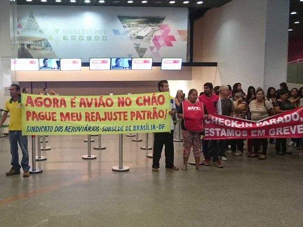 Aeronautas protestam no Aeroporto Internacional de Brasília por reajuste de 11% (Foto: Mateus Rodrigues/G1)