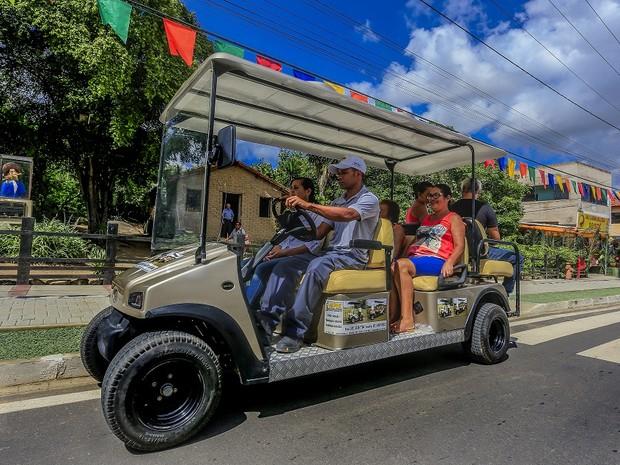 Carro elétrico gratuito transporta pessoas no Bairro Alto do Moura, em Caruaru (Foto: Divulgação/PMC)
