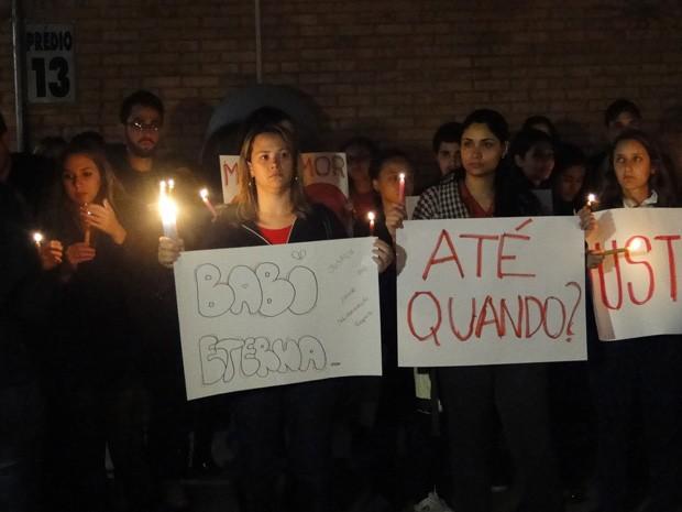 Colegas da estudante de 22 anos, assassinada em Belo Horizonte, fizeram protesto na noite desta quinta-feira (24).  (Foto: Sara Antunes/G1)