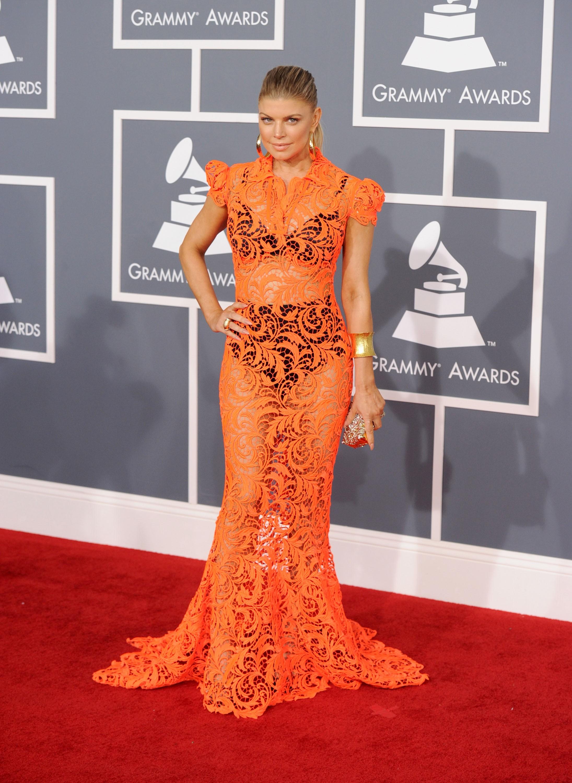 O vestido laranja do estilista Jean Paul Gaultier utilizado por Fergie em 2012 também era revelador.  (Foto: Getty Images)