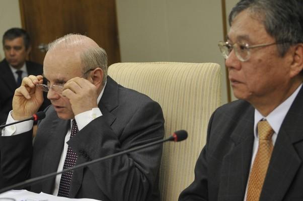 O ministro da Fazenda, Guido Mantega e o diretor de assuntos institucionais da GM, Luiz Moan, se reuniram hoje em Brasília (Foto: Antonio Cruz/ABr )