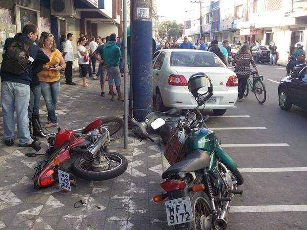 Carro atingiu 10 motocicletas no Centro de Itajaí (Foto: Luiz Souza/RBS TV)