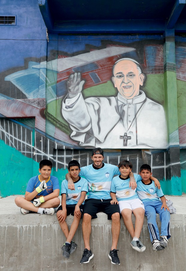 David Beckham e crianças argentinas durante gravações do projeto com a BBC (Foto: Divulgação)