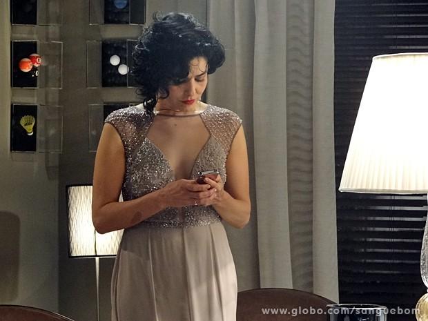 Verônica fica abalada ao ouvir voz de mulher! (Foto: Sangue Bom / TV Globo)