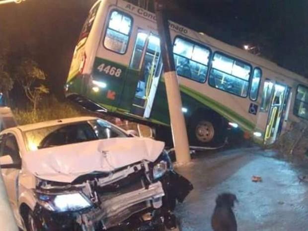 Veículo de passeio também se envolveu em acidente (Foto: G1)