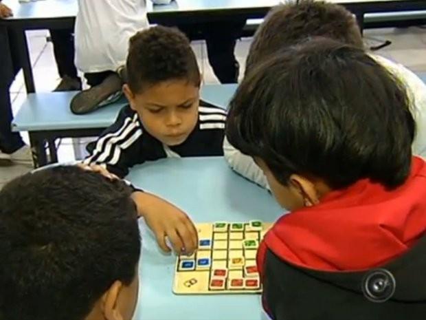 Quase 15 mil crianças do ensino fundamental participam do projeto (Foto: Reprodução/TV TEM)