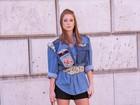 Marina Ruy Barbosa posa estilosa e com pernas à mostra em Paris