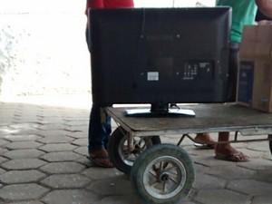 Agentes penitenciários fotografaram TV de 32 polegadas entrando em presídio após autorização da direção da unidade (Foto: Arquivo pessoal)