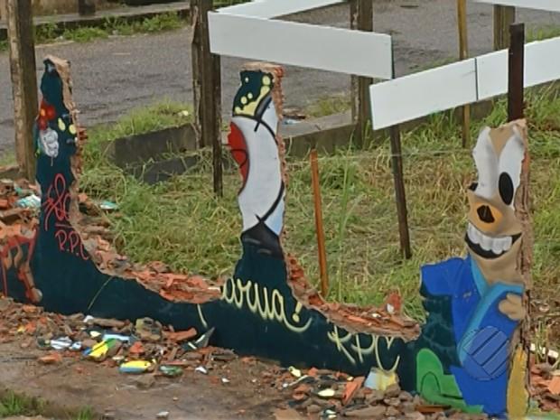 Muro que cercava o terreno foi derrubado (Foto: Reprodução/TV Liberal)