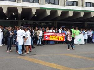 Servidores da área de Saúde em protesto em frente ao Hospital de Base de Brasília (Foto: Isabella Formiga/G1)