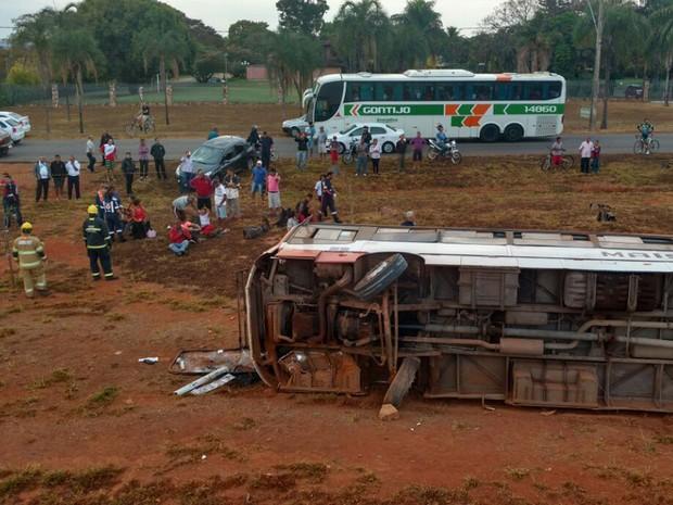 Ônibus tombado na DF-003 (Epia), perto do Catetinho, na manhã deste domingo (14); acidente deixou 25 passageiros feridos e interditou trecho no sentido centro de Brasília por quase duas horas (Foto: Corpo de Bombeiros DF/Divulgação)
