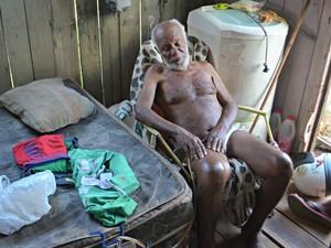 Idoso vive situação precária e pede ajuda (Foto: Tácita Muniz/G1)