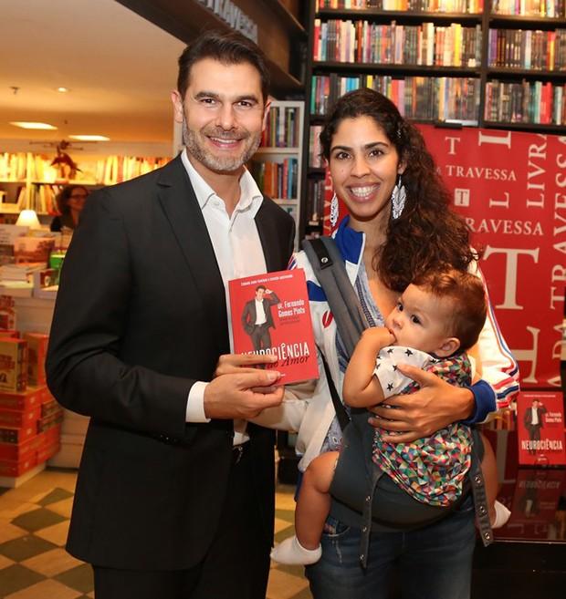 Dr Fernando Gomes Pinto e Bela Gil com o filha, Flor  (Foto: AgNews)