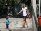 Cynthia Howlett brinca com os filhos em parque na Lagoa, no Rio