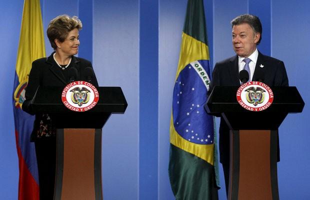 A presidente Dilma Rousseff e o presidente colombiano Juan Manuel Santos durante declaração conjunta no palácio de governo, em Bogotá (Foto: John Vizcaino/Reuters)