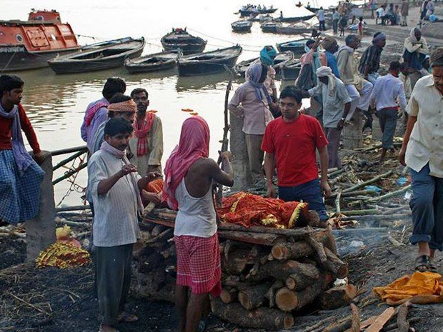 Presenciar o ritual de cremação de corpos no Rio Ganges, na Índia, impressionou mochileiro (Foto: Arquivo Pessoal / Mayke Moraes)