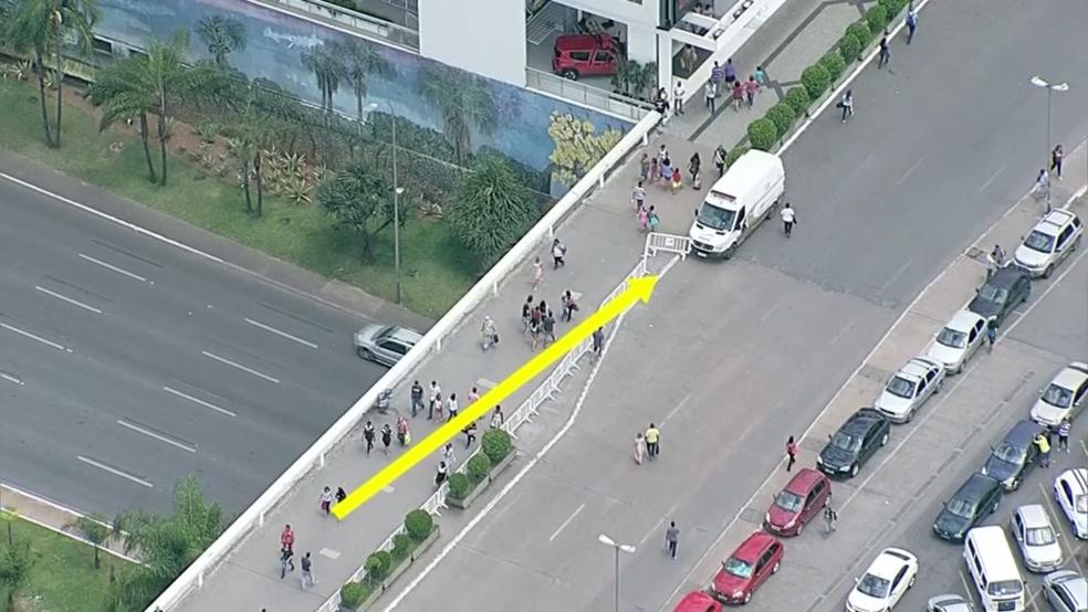 Van da Agefis posicionada perto de calçada que dá acesso ao Conjunto Nacional (Foto: TV Globo/Reprodução)