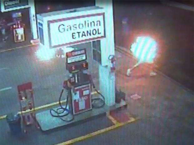 Jovem corre em chamas em posto de combustíveis em Franca, SP (Foto: Reprodução EPTV)