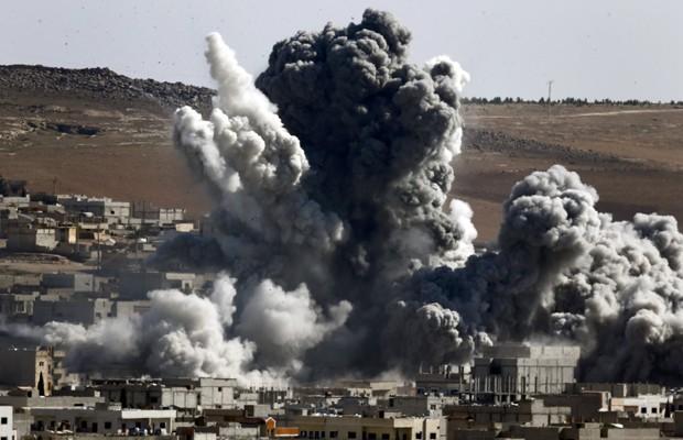 Bombardeios continuam na cidade de Kobane nesta quarta-feira (22) (Foto: Kai Pfaffenbach/Reuters)