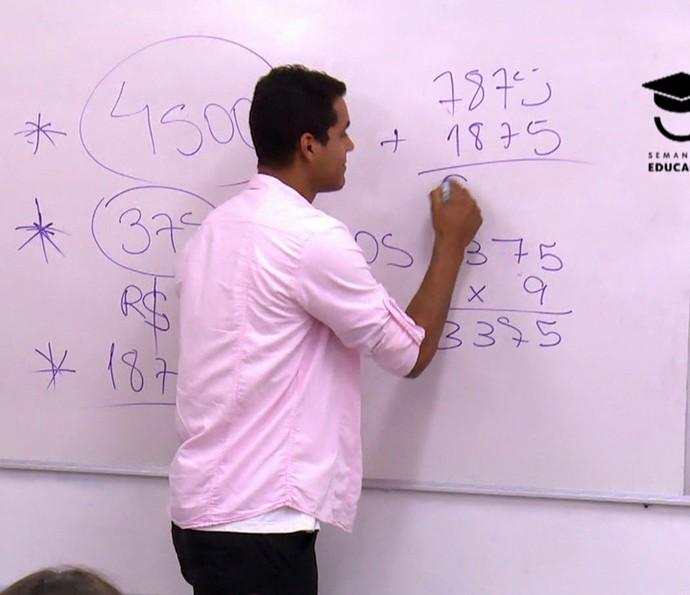 Marcello Melo Jr. dá aula de matemática em escola (Foto: TV Globo)