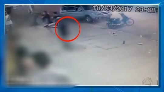 Garoto é baleado na cabeça e leva chute em conveniência; veja vídeo